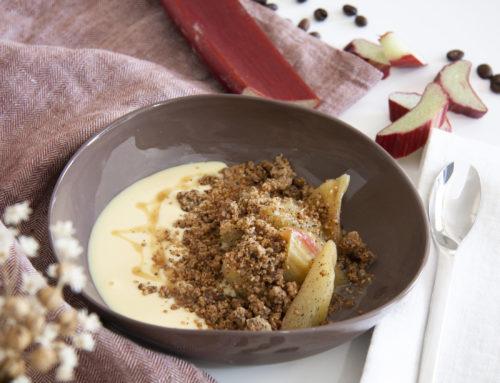 Rhubarbe pochée, crémeux au chocolat blanc à la vanille et crumble au café