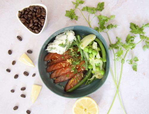 Gravelax de saumon au café, salade de légumes verts et crème crue aux herbes