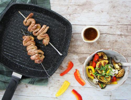 Brochette de canard mariné au café, légumes d'été grillés et jus tranché au café